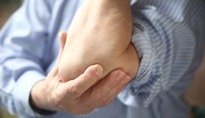 a jobb könyökízület fájdalma okoz