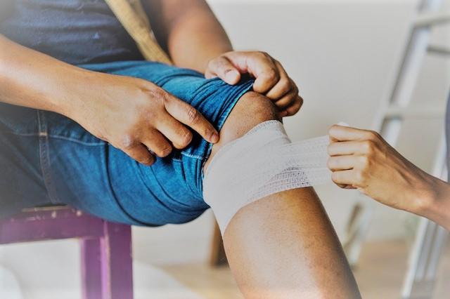a térdfájdalom tünetei