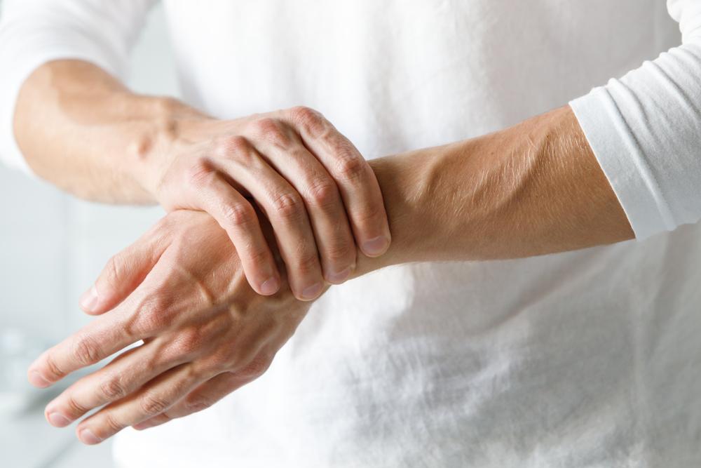 Fájdalom a könyökízületekben betegség után. A helytelen testtartás hatására izmaink megfeszülnek