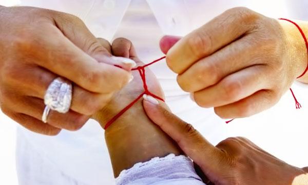 Miért vörös kötelet viselnek a kezén? Milyen imákat olvasnak az árukapcsoláskor